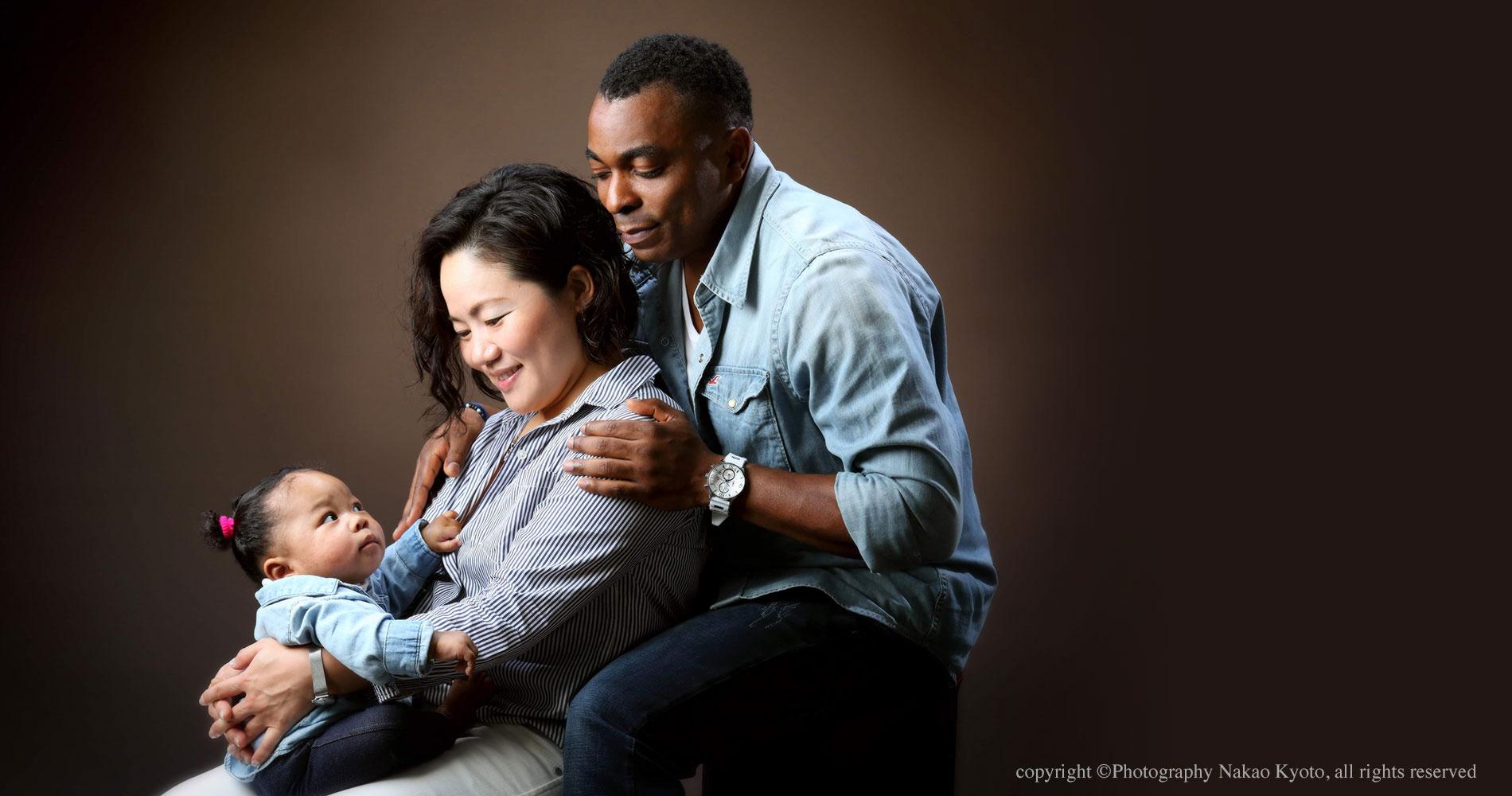 家族写真 お子様に微笑みかけるご両親の温かい眼差し