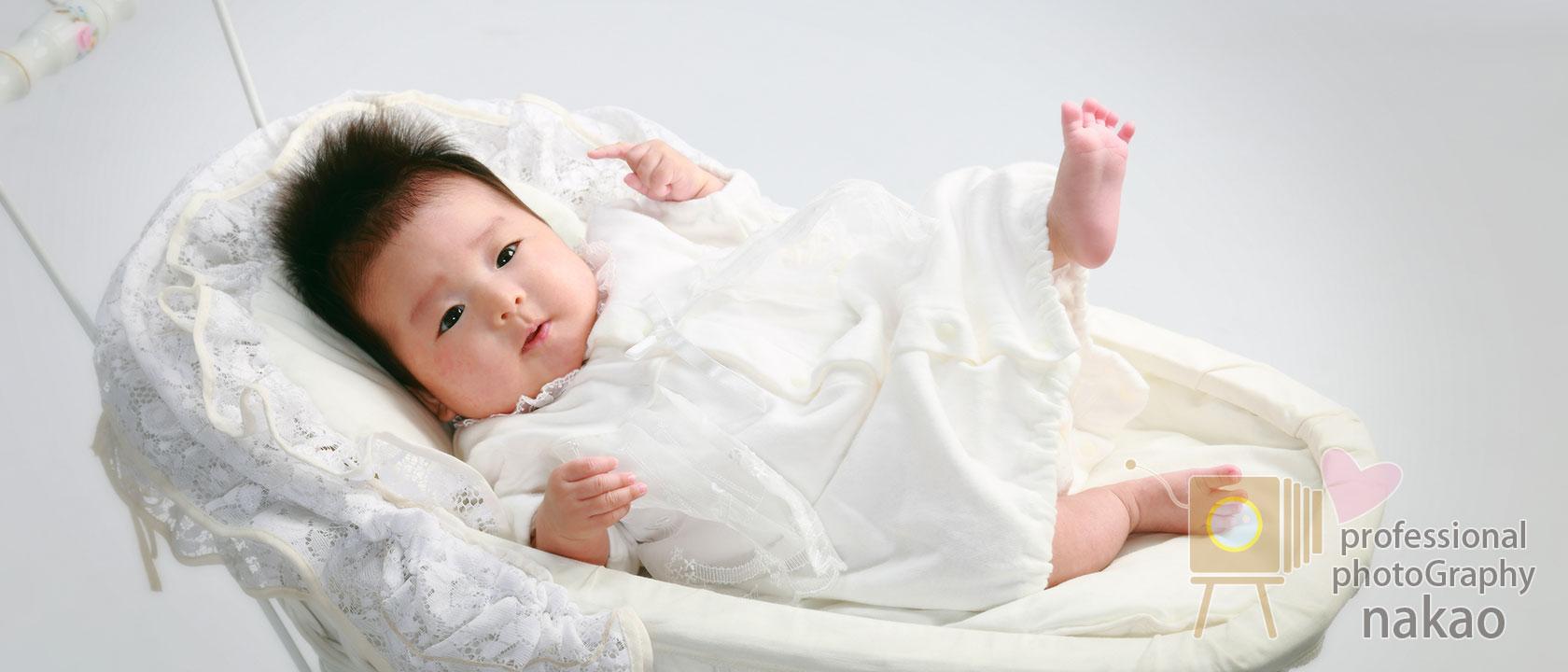 お宮参り・百日祝い(お食い初め) ドレスに身を包んだ赤ちゃん、足を上げたり手を伸ばしたり..君の瞳には何が見えているのかな?