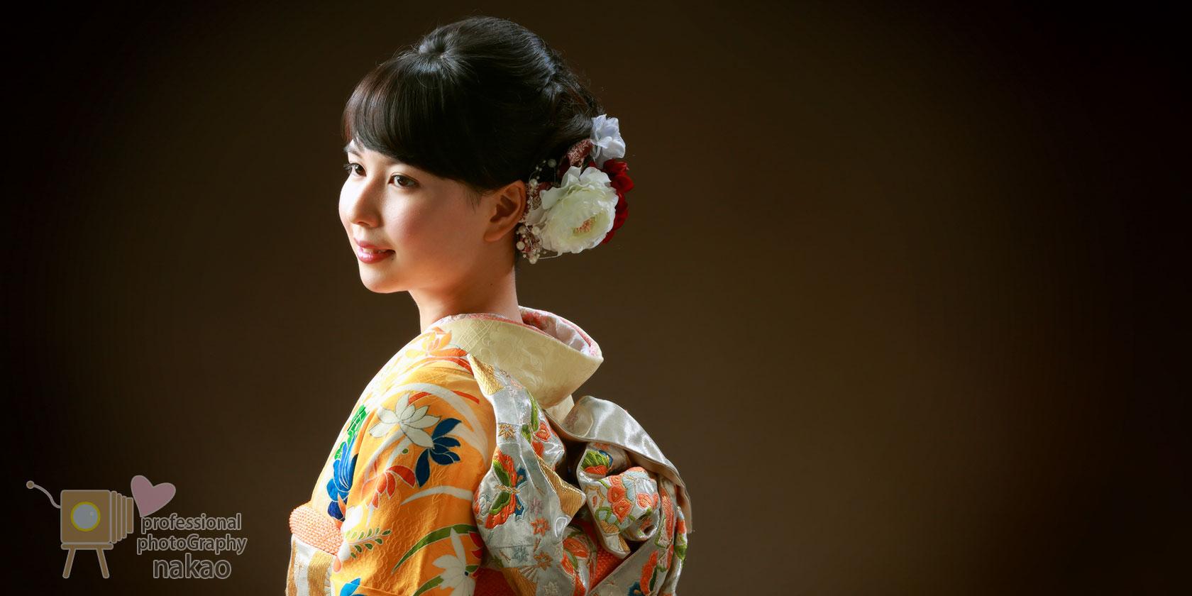 成人式記念 振袖姿のお嬢様 横からのアングルで帯や髪飾りも美しく