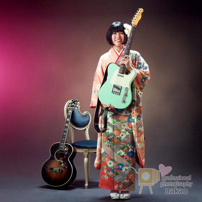 成人式記念 振袖姿のお嬢様 夢中になった相棒「ギター」と一緒に